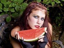 Muchacha de Goth que come la sandía Foto de archivo