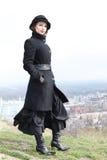 Muchacha de Goth que se coloca en una colina Imagen de archivo libre de regalías