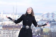 Muchacha de Goth que se coloca en una colina Fotografía de archivo
