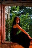 Muchacha de Goth que se sienta en ventana Foto de archivo libre de regalías