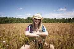 Muchacha de granja adolescente feliz en campo de trigo Fotografía de archivo