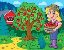 Muchacha de granja con las manzanas recogidas