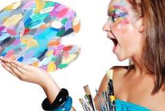 Muchacha de griterío con la gama de colores coloreada y los cepillos Imagen de archivo libre de regalías