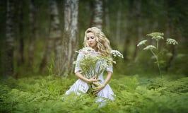 muchacha de hadas con las flores imagen de archivo