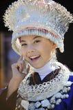 Muchacha de Hmong con el teléfono móvil Foto de archivo libre de regalías