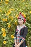 Muchacha de Hmong con el vestido y el loto del calture Fotografía de archivo libre de regalías