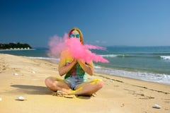 Muchacha de Holi en la playa fotos de archivo libres de regalías