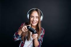 Muchacha de Joyufl que juega a los videojuegos Imágenes de archivo libres de regalías