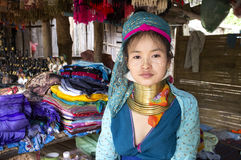 Muchacha de Kayan Lahwi en un pueblo fotografía de archivo