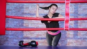 Muchacha de Kickboxer en el anillo antes de entrenar