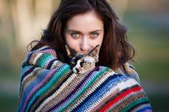 Muchacha de la amistad con un gato Imágenes de archivo libres de regalías