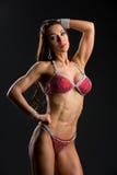 Muchacha de la aptitud del bikini en traje de baño rojo Fotografía de archivo libre de regalías
