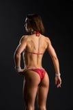 Muchacha de la aptitud del bikini en traje de baño rojo Foto de archivo libre de regalías