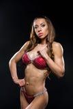 Muchacha de la aptitud del bikini en traje de baño rojo Imagen de archivo libre de regalías