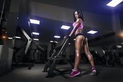 Muchacha de la aptitud en gimnasio en un desgaste del deporte Imagen de archivo libre de regalías