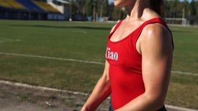Muchacha de la aptitud que ejercita con pesas de gimnasia en Sunny Summer Day metrajes