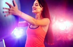 Muchacha de la aptitud que ejercita en gimnasio con el fitball imagen de archivo