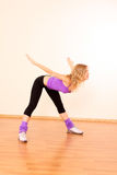 muchacha de la aptitud que ejercita en la gimnasia Imagen de archivo