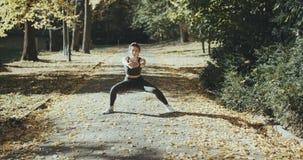 Muchacha de la aptitud que entrena al aire libre en el paisaje de la naturaleza Elaboración apta de la hembra Concepto de deporte almacen de video
