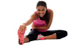 Muchacha de la aptitud que hace estirando ejercicio Foto de archivo