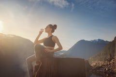 Muchacha de la aptitud de la yoga en paisaje de la naturaleza fotos de archivo libres de regalías