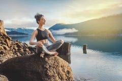 Muchacha de la aptitud de la yoga en paisaje de la naturaleza imagenes de archivo