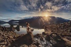 Muchacha de la aptitud de la yoga en paisaje de la naturaleza imagen de archivo libre de regalías