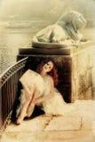 Muchacha de la bailarina que descansa sobre la naturaleza en un día soleado Fotos de archivo libres de regalías