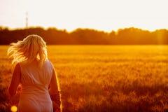 Muchacha de la belleza al aire libre que disfruta de la naturaleza, aumentando las manos Foto de archivo