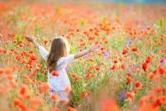 Muchacha de la belleza al aire libre que disfruta de la naturaleza Ki modelo adolescente hermoso Fotos de archivo libres de regalías