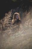 Muchacha de la belleza al aire libre que disfruta de la naturaleza Muchacha modelo adolescente hermosa con el pelo que sopla sano Imagen de archivo