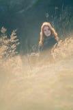 Muchacha de la belleza al aire libre que disfruta de la naturaleza Muchacha modelo adolescente hermosa con el pelo que sopla sano Imagen de archivo libre de regalías
