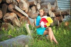Muchacha de la belleza al aire libre que disfruta de la naturaleza Muchacha modelo adolescente que corre en el campo de la primav Foto de archivo