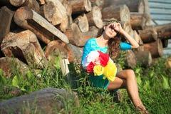 Muchacha de la belleza al aire libre que disfruta de la naturaleza Muchacha modelo adolescente que corre en el campo de la primav Foto de archivo libre de regalías