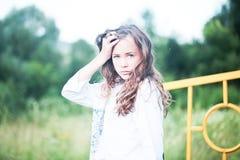 Muchacha de la belleza al aire libre que disfruta de la naturaleza Muchacha modelo adolescente que corre en el campo de la primav Fotos de archivo