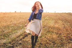 Muchacha de la belleza al aire libre que disfruta de la naturaleza Mujer feliz libre fotos de archivo libres de regalías