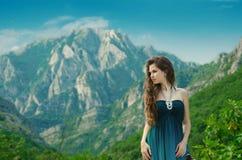 Muchacha de la belleza al aire libre que disfruta de la naturaleza sobre paisaje de la montaña Sea Foto de archivo libre de regalías