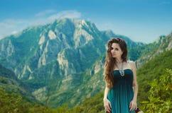 Muchacha de la belleza al aire libre que disfruta de la naturaleza sobre paisaje de la montaña Sea Imágenes de archivo libres de regalías