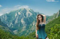 Muchacha de la belleza al aire libre que disfruta de la naturaleza sobre paisaje de la montaña Sea Foto de archivo