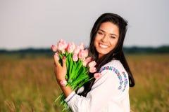 Muchacha de la belleza al aire libre que disfruta de la naturaleza Soldado enrollado en el ejército modelo adolescente hermoso Imagen de archivo libre de regalías