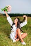 Muchacha de la belleza al aire libre que disfruta de la naturaleza Soldado enrollado en el ejército modelo adolescente hermoso Fotografía de archivo libre de regalías
