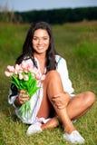 Muchacha de la belleza al aire libre que disfruta de la naturaleza Soldado enrollado en el ejército modelo adolescente hermoso Foto de archivo libre de regalías