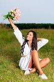 Muchacha de la belleza al aire libre que disfruta de la naturaleza Soldado enrollado en el ejército modelo adolescente hermoso Fotos de archivo libres de regalías