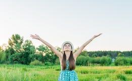 Muchacha de la belleza al aire libre que disfruta de la naturaleza del verano Fotos de archivo libres de regalías