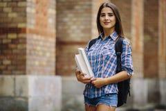 Muchacha de la belleza con el goind del bolso a estudiar en escuela o universidad Fotografía de archivo libre de regalías