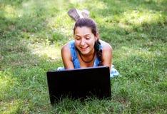 Muchacha de la belleza con el ordenador portátil Imágenes de archivo libres de regalías