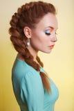 Muchacha de la belleza con el peinado de las trenzas Imagenes de archivo