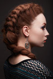 Muchacha de la belleza con el peinado de las trenzas Foto de archivo