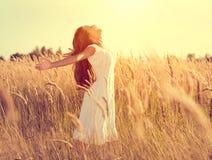 Muchacha de la belleza con el pelo largo que disfruta de la naturaleza Foto de archivo libre de regalías