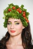 Muchacha de la belleza con estilo de pelo de verduras Mujer joven feliz hermosa con las verduras en su cabeza Concepto sano de la Fotos de archivo